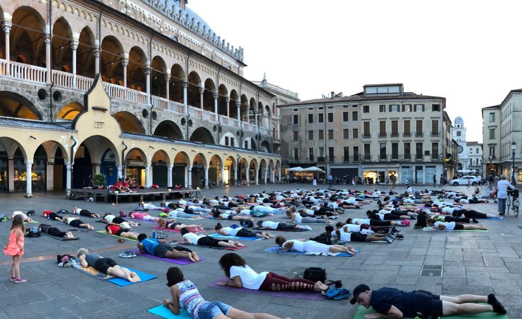 Yoga in Piazza della Frutta