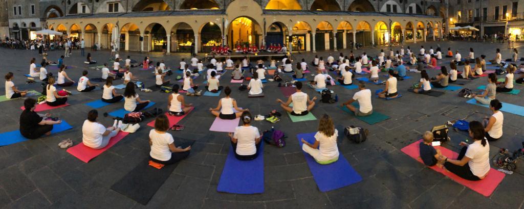 Giornata Internazionale dello Yoga in Piazza della Frutta con Comitato Yoga Padova Panoramica